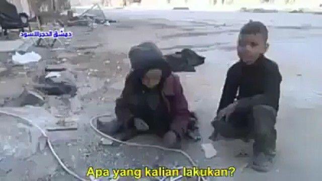 Anak kecil ini sedengn mencari makanan bekas yang ada di jalanan  sementara kita di sini masih suka melakukan prilaku mubazir :-( Astagfirullahaldzim...