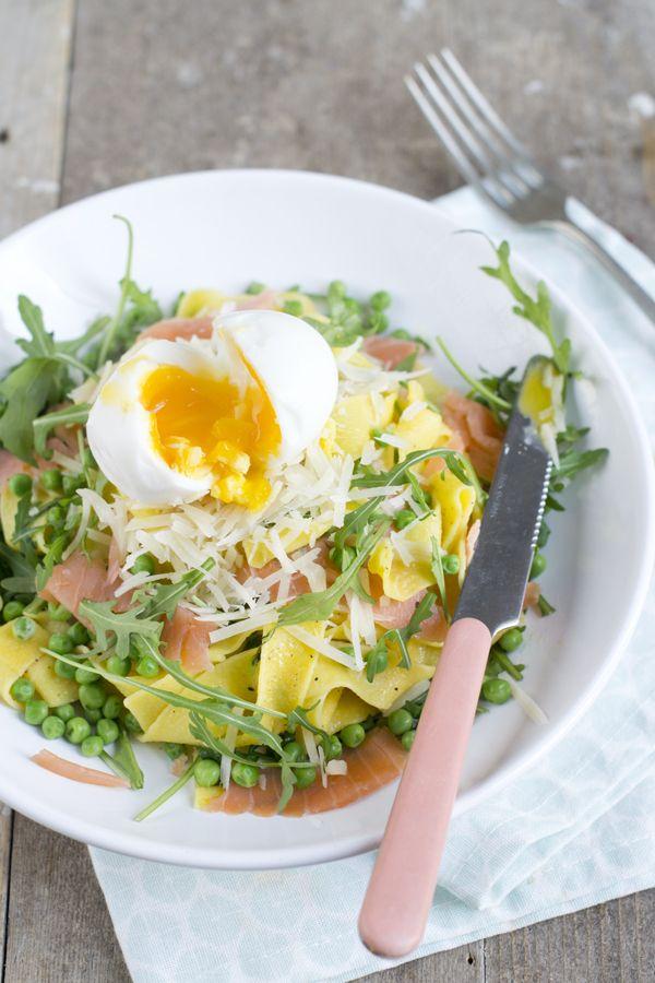 Zomer pasta met zalm en ei