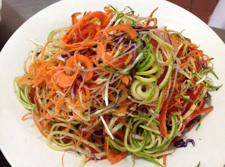zanahorias, calabacitas, pimiento rojo, cebollin, germinado de alfalfa, repollo morado, y la acompanamos con un aderezo de tamarindo y jengibre.