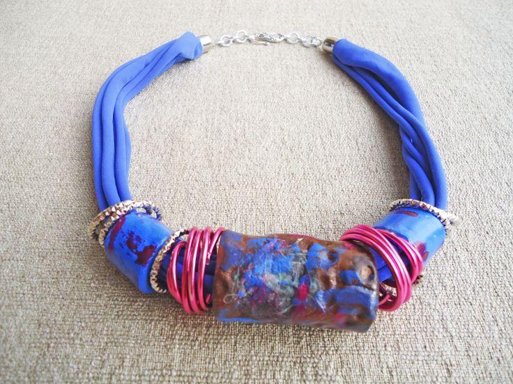 collana artigianale in argilla e lycra - bluette e rosa lampone