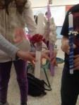 Στ1 – Πασχαλινές κατασκευές  30/04/2012 — sofilab     Στο πλαίσιο του μαθήματος των Εικαστικών και για το Πάσχα, οι μαθητές του τμήματος μας φτιάξαμε λαμπάδες και κάρτες, έχοντας συγκεντρώσει διάφορα υλικά (κορδέλες, κουμπιά, αποξηραμένα λουλούδια κ.ά), με τη βοήθεια της δασκάλας μας.