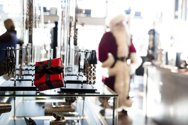 Santa in the Pilgrim jewelry store at Copenhagen Airport, looking for a gift for Mrs. Claus. #CPHchristmas