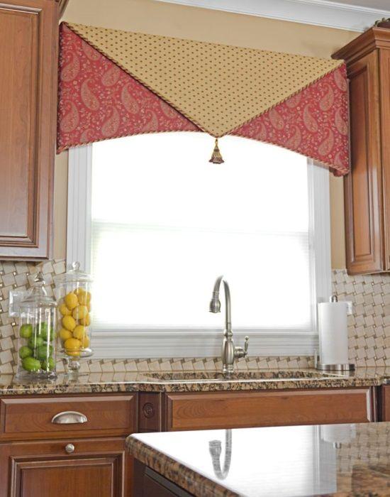 Роскошное оформление окна в кухне
