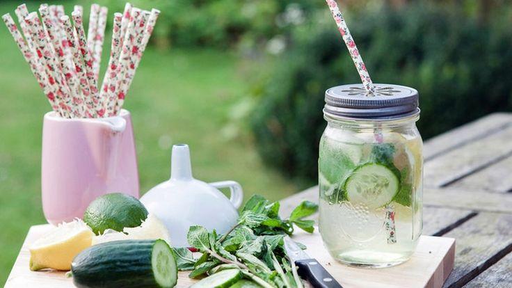 Zitronen-Limonade mit Gurke und Minze im Glas