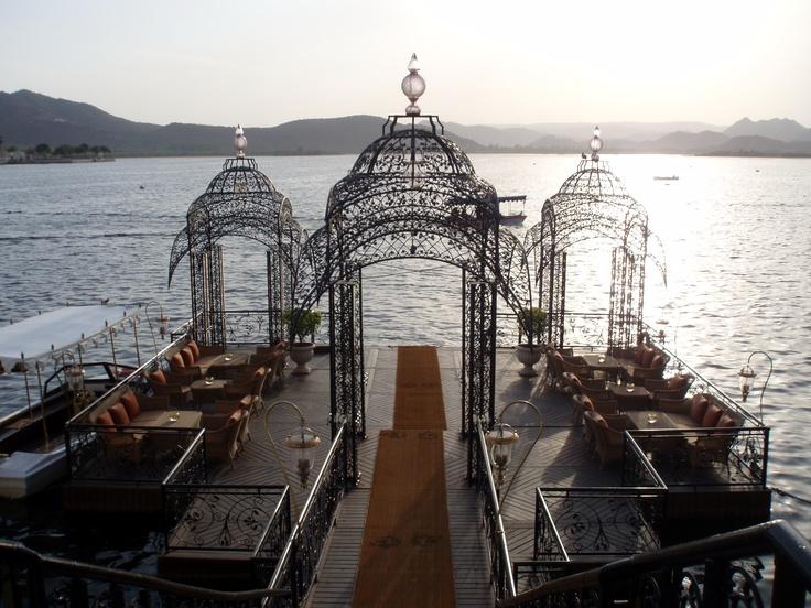 En attendant le bateau pour le Taj Lake Palace...