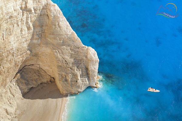 In primul rand, nu ratati plaja Navagio (fie vorba intre noi nici nu prea aveti cum sa o ratati), evident, cea mai faimoasa plaja din Grecia. Duceti-va sa o vedeti de sus, de pe crestele insorite ce o inconjoara, cu un punct de belvedere special amenajat...
