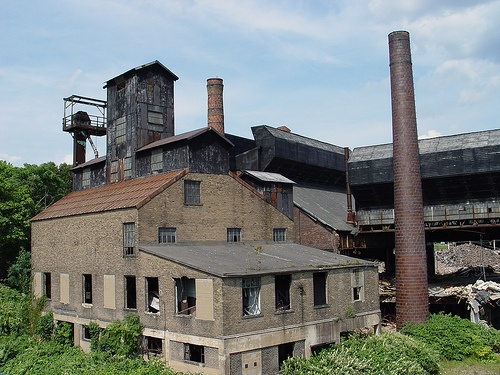 Fostoria Glass Company...1891, the company relocated to Moundsville because of the abundance of natural gas and coal at that location. Once a massive glass producing plant of over 1000 employees, foreign competition and outdated equipment forced its closure in 1986.