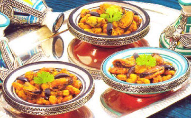 Ingredinten 250 gram kleine gekookte garnalen  500 gram gekookte mosselen  2 uien  2 teentjes knoflook  bosje peterselie en koriandergehakt   theelepel safraan  1 theelepel pa