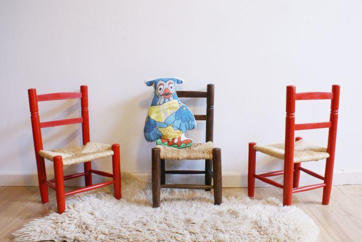 3 houten vintage kinderstoeltjes met biezen zitting. Retro stoelen, rood en bruin