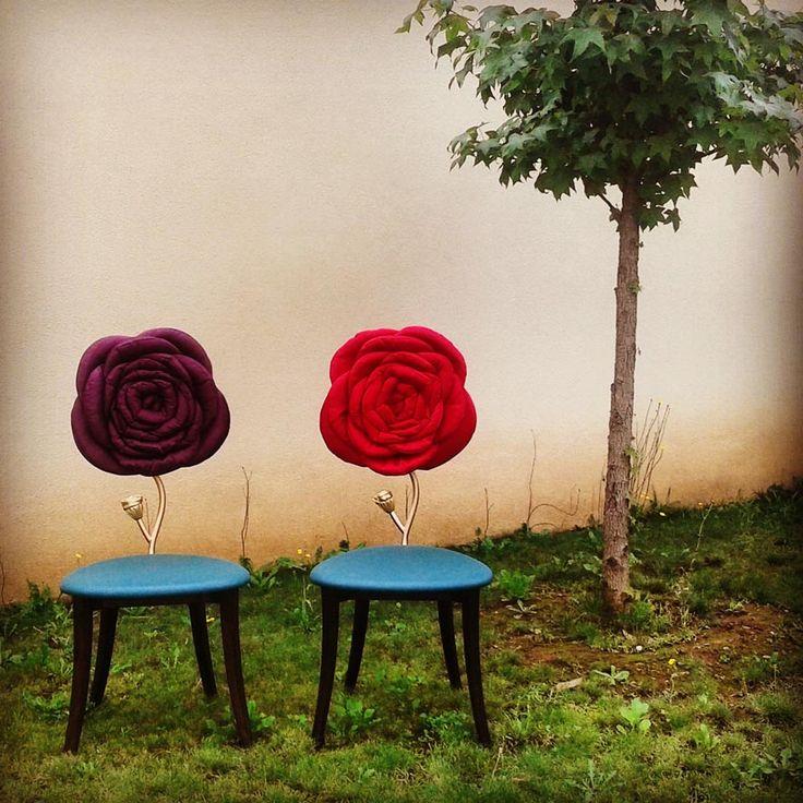 Danber sedia Red rose Una sedia come un fiore, colore eluce, un capolavoro dell'artigianato. Gambe in massello di faggio, stelo in acciaio saldato a mano con finitura satinata o ramata mediante processo di elettrolisi, schienale in legno lamellare curvato rivestito in pelle. Seduta in legno imbottita e rivestita in alcantara o velluto. Fondo dipinto a mano con effetto marmorizzato, applicazionidifoglia d'oro e d'argento pennellato a mano.  .