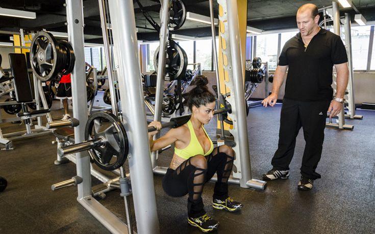 É importante fazer o exercício de maneira controlada, mantendo a coluna ereta durante toda a execução do movimento.