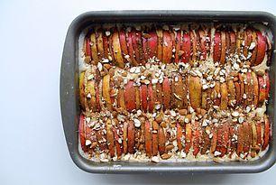 Favorit æblekage med masser af kanel og grofthakkede mandler
