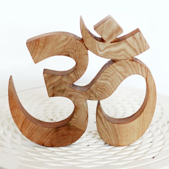 Mantra AUM signe de sanskrit sculpté en bois par SevenAteliers