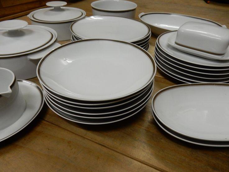 Retro servies van het merk Thomas made in Germany bestaande uit 6 platte, 6 diepe, 6 ontbijtborden, 2 dekschalen, 1 vleesschaal, 2 kleinere vleesschalen, 1 botervloot en 1 jus- of sauskom. Prijs € 85.00.
