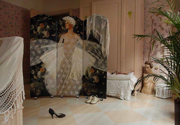 Mijn lijn bruikbare kunst die ik als een collage opbouw uit schilderwerken, oude kant, restjes stof etc. Kamerschermen en panelen uit de series Demoiselles Coifeés (gekapte hofdames) en Les chapeaux d'Aurore (de hoedjes van Aurora)