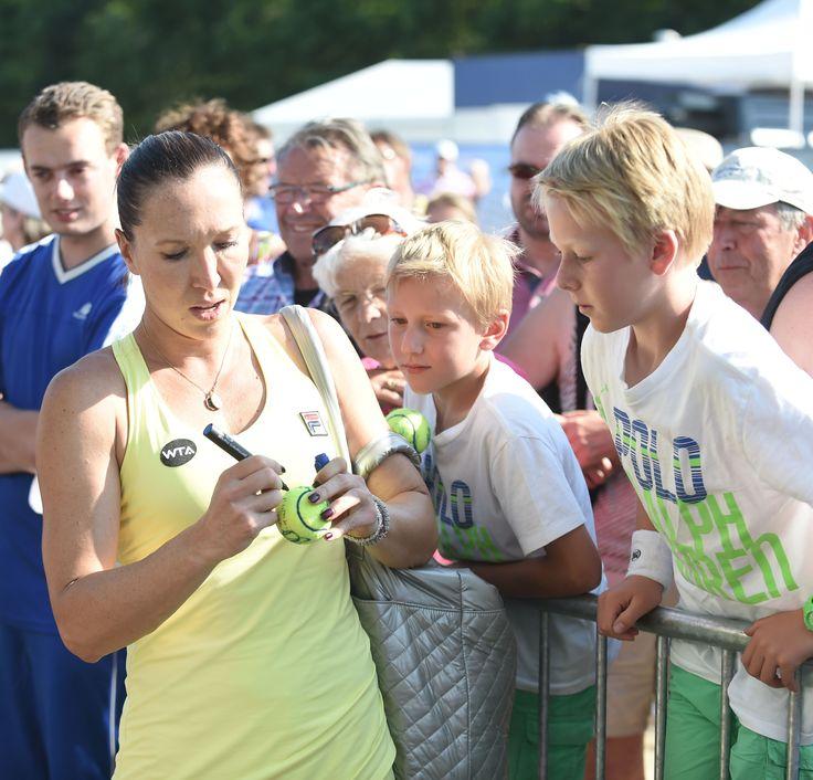 Bij Topshelf Open nemen de spelers alle tijd voor hun fans. Jelena Jankovic maakt hier haar jonge fans blij met haar handtekening.
