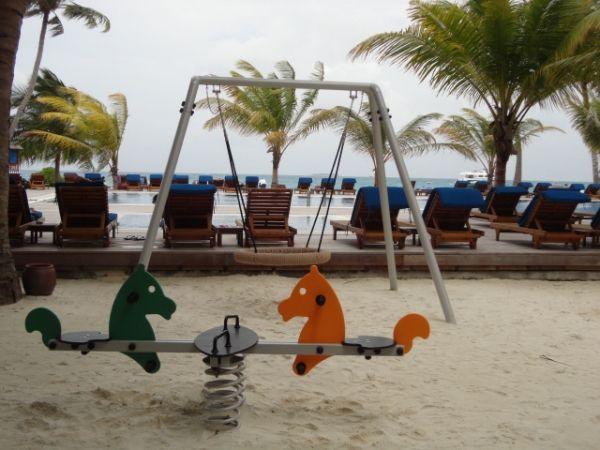 Srebrna huśtawka BNS przy basenie w hotelu, Malediwy.