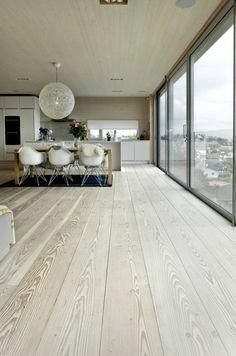 Un superbe plancher de bois franc.                              …