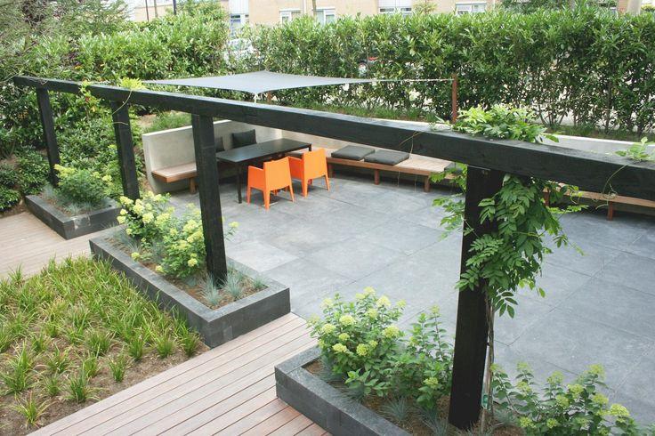 Mooie robuuste pergola in verhoogde border. Marc de Graaf tuinen. Zie ook tui mei 2012