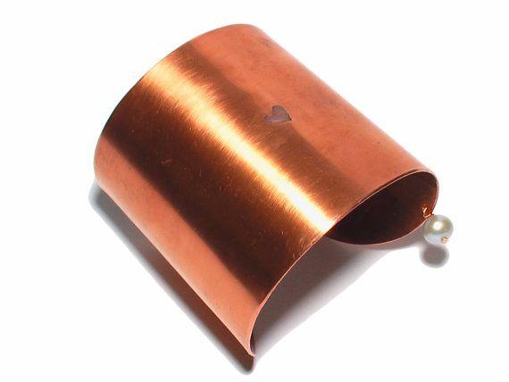 Grote koperen armband met een klein hartje erin en door JackysJewels