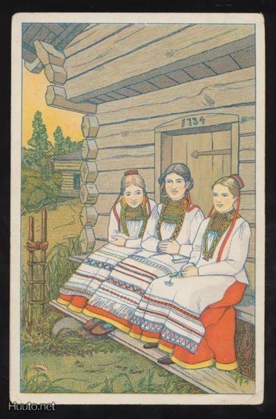 Kolme naista aitan portailla, v. 1914. Karjalaisia pukuja. | Carelian folk dresses. 1914. Finland.