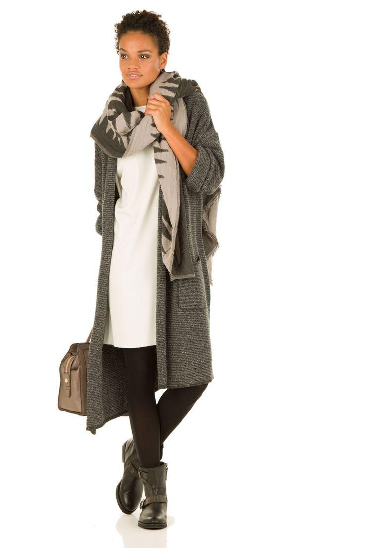 off-white Jurk met vest, sjaal, boots en zwarte legging