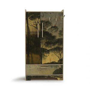 Piet Hein eek heeft deze kast, de precies drieplaatkast hoog geprint ontworpen. je ziet op de kast een afbeelding van een bos staan. De afmetingen van deze kast zijn 90x60x165 cm. € 2262,- https://pietheineek.nl/product/precies-drieplaatkast-hoog