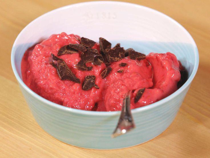 Der 5-Minuten-Frozen-Joghurt ist schnell gemacht und kalorienarm. Denn die Basis bilden gefrorene Himbeeren. Und so gelingt das Blitz-Dessert!