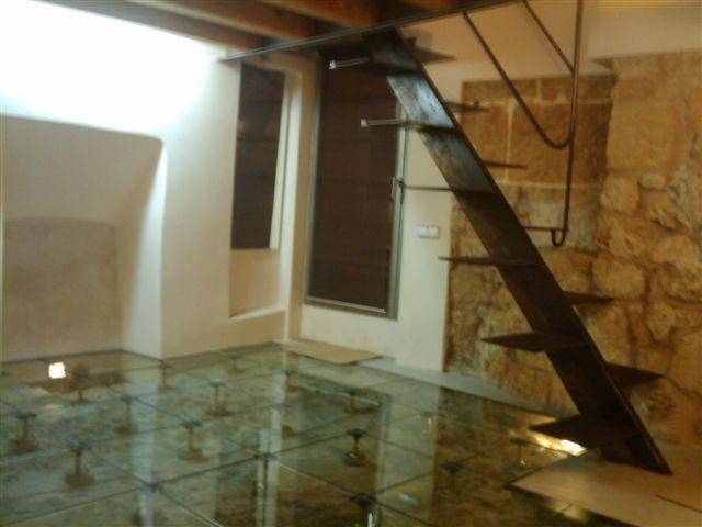 在帕爾馬的歷史中心。訪問是通過兩個通過兩個窗口+天井哥特式照明和通風,給這個相同的庭院的門。其他單位有兩個窗口(一個廚房和一個在閣樓)內部庭院。擁有100平方米包括入口大廳進一步四個單位的廚房和閣樓床,兩個衛生間(帶淋浴),和一個倉庫。在總共約90平方米。加工質量和尖端