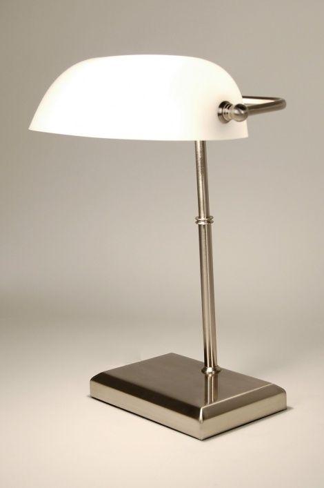 Artikel 62320 Notarislamp, ook wel bankierslamp genoemd. Met aan/uit schakelaar aan het snoer, uitgevoerd in geschuurd staal met wit opaal glas. https://www.rietveldlicht.nl/artikel/tafellamp-62320-modern-retro-glas-wit_opaalglas-staal_rvs-rechthoekig