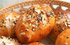 Domácí pečivo upečené z vykynutého těsta připraveného z pšeničné celozrnné a chlebové mouky a dalších surovin, zdobené hrubozrnnou solí a semínky dle vlastního výběru.