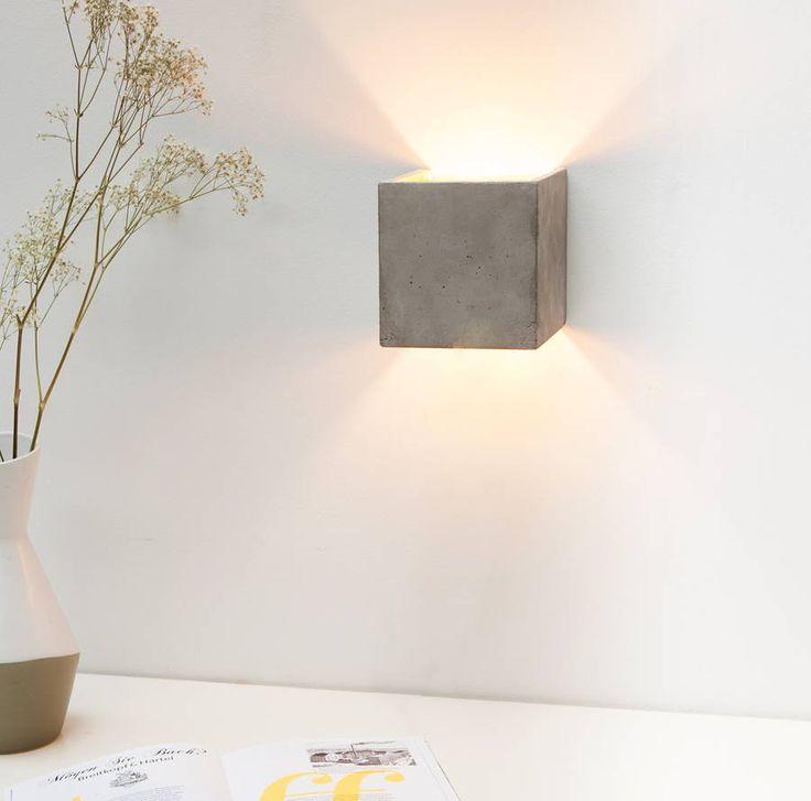 Quadratische Wandlampe aus Beton mit Gold
