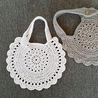 This baby bib is worked in one piece, started in the center, followed by the edging and finished with the strap. The strap is adjustable with two buttonholes.
