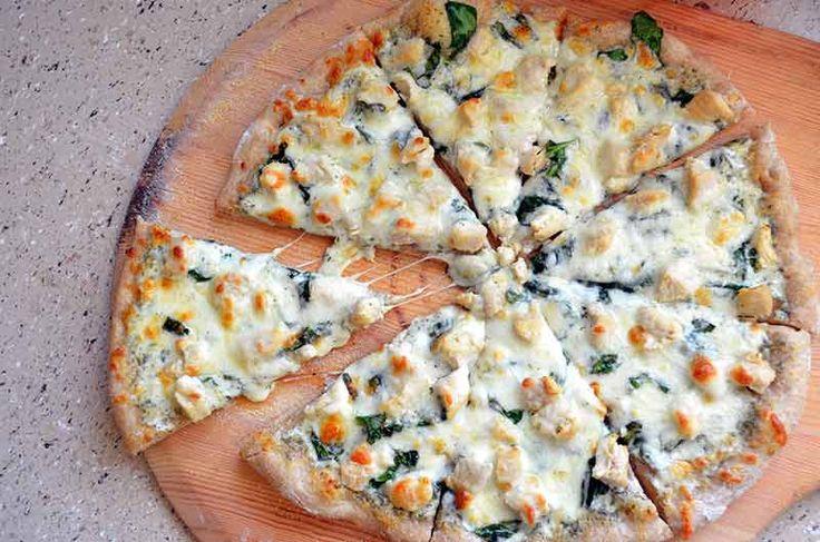 yüksek oranda protein içeren ve diyetimizi bozmayacak sağlıklı bir pizza Ispanaklı ve Tavuklu Pizza Tarifi---Pizza ekmeği için :1 kase iri taneli mısır unu ¾ kase et suyu veya tavuk bulyon ½ kase su ¼ kase rendelenmiş Parmesan peyniri  Üst malzeme için :100 gram mozeralla peyniri 1 avuç taze ıspanak 300 gram pişmiş ve dilimlenmiş tavuk ½ kase sevdiğiniz pizza sosu