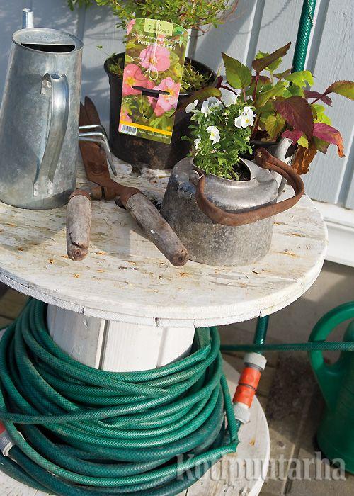 Puutarhaletkulle syntyy näppärä teline vanhasta sähköjohtokelasta. Näitä herkkuja voi hyvällä onnella bongata rakennustyömaiden jätelavoilta. www.kotipuutarha.fi