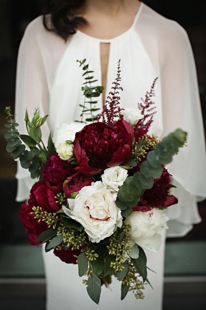 Bouquet de noiva com peónias rubi, folhas de eucalipto e rosas brancas.