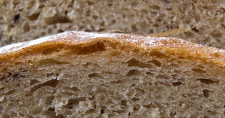 Cómo convertir la harina para todo propósito en harina para pan. El porcentaje de proteína en una harina particular determina su conveniencia para hornear pan. La proteína en la harina de trigo forma gluten cuando se le añade líquido. El gluten forma hebras que mantienen la expansión de la masa y atrapan los gases formados por la levadura conforme la masa se leva. Entre más gluten tenga, más fuerte es la masa y ...