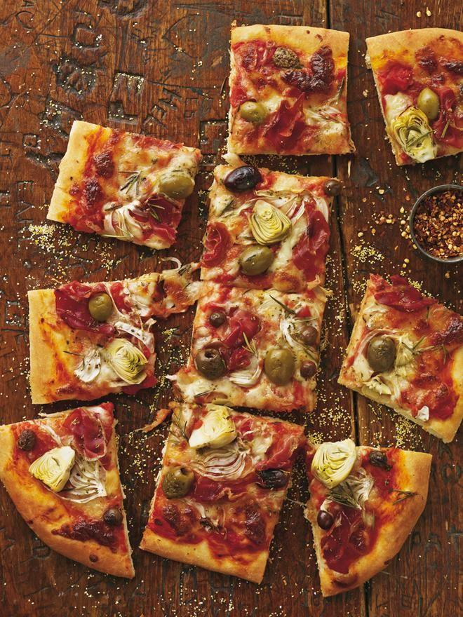 Πίτσα με ανάμεικτες ελιές, μαριναρισμένες αγκινάρες, προσούτο και δεντρολίβανο