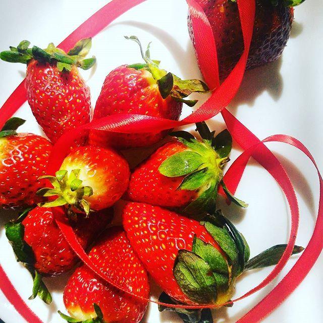 Ma quanto sono belle le fragole? #fragole #insta_art #instamood #instafood #rdd_food #merendaitaliana #infinity_foodlover #redpassion #goodfood #foodrepublic #foodporn #foodblogger #foodblogfeed #ilovefruit #bellezza #gustoesemplicità