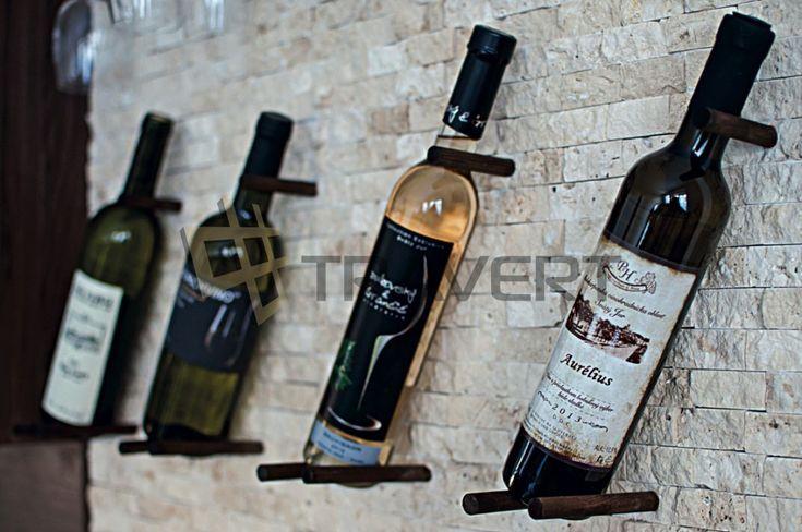 Obklad do kuchyne z travertínu s držiakmi na vínové fľaše http://travert.sk/referencia/obklad-steny-v-kuchyni-z-travertinovej-mozaiky-bezovej-310