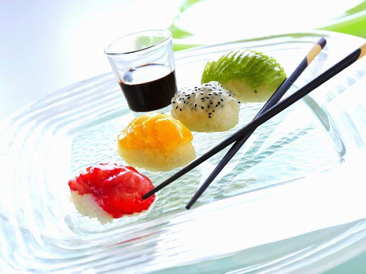 Es muss nicht immer herzhaft sein! Süßes Früchte-Sushi - smarter - Zeit: 40 Min.   eatsmarter.de