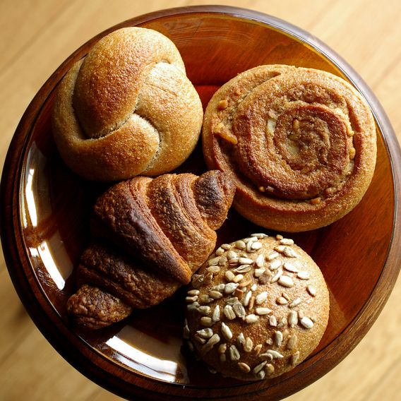 ベッカライ・ビオブロート - 料理写真:左上:クノーテン、右上:ヌスシュネッケン、左下:クロワッサン、右下:ゾンネンブルーメンケルンブロート