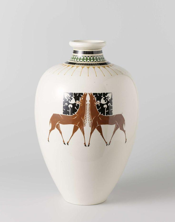 Vaas met decoratie van naar elkaar toegewende herten, Chris van der Hoef, 1905 - 1910
