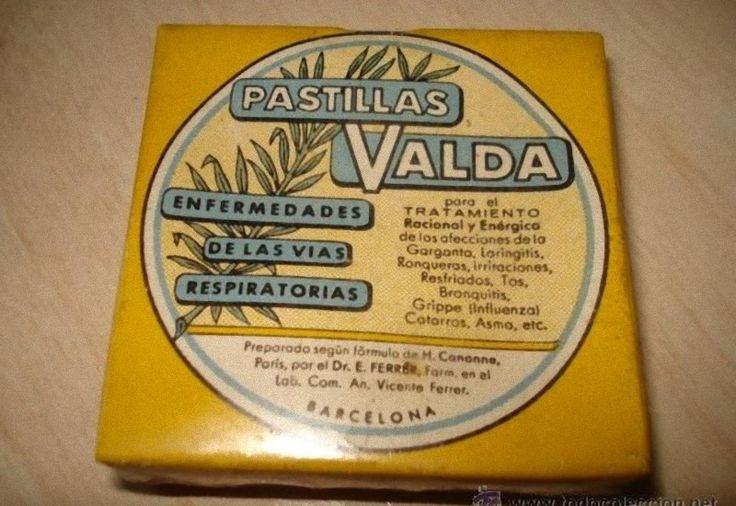 En su caja de cartón amarilla, con cantos blancos; un dibujo de un par de pastillas, verdes, muy verdes en el frente. Y letras negras con la fórmula y las