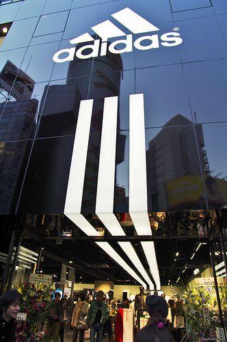 Preciosa y enorme fachada de adidas.AF