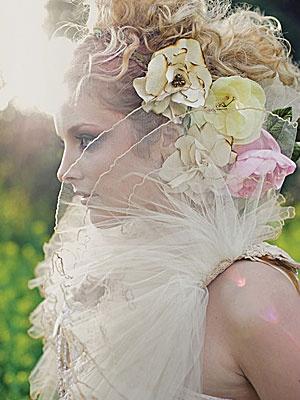Ρούστικ και λουλουδάτο νυφικό χτένισμα