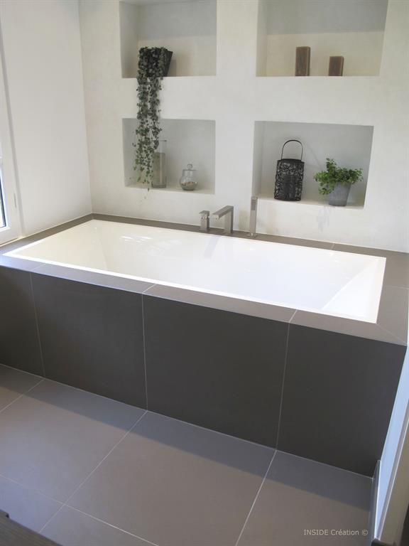 Large tiles can look great in small spaces - simple and minimalistic!