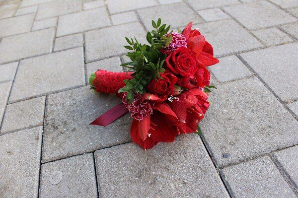 Красный букет невесты является очень ярким элементом и однозначно будет притягивать к себе восхищенные взгляды гостей! Такой букет подойдет невесте в белоснежном платье - цветовой контраст будет сногсшибательным! Цена: 100 AZN