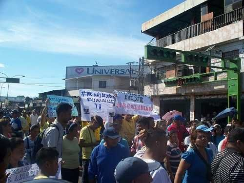Trabajadores protestan para solicitar que sea enviado el crédito adicional aprobado para pago de aguinaldos