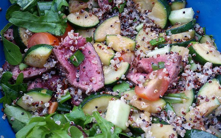 Deze keer vinden jullie hier een recept voor een quinoa salade gevuld met onder andere biefstuk, rucola, tomaatjes, komkommer, pijnboompitjes en courgette.